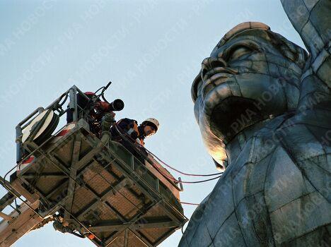 Рабочие украшают памятник Рабочий и колхозница