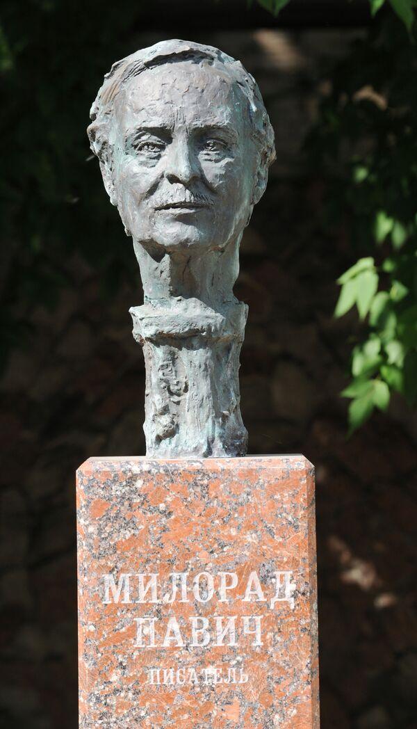 Памятник Милораду Павичу в Москве