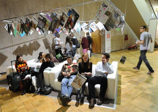 Посетители на Международной ярмарке интеллектуальной литературы