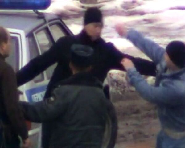 Драка пьяных сотрудников ДПС с водителем иномарки. Видео блогеров