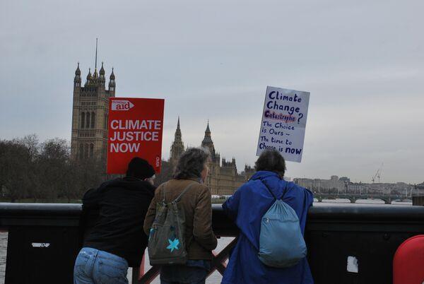 Более 20 тысяч активистов британских экологических организаций и движений прошли в субботу по улицам Лондона
