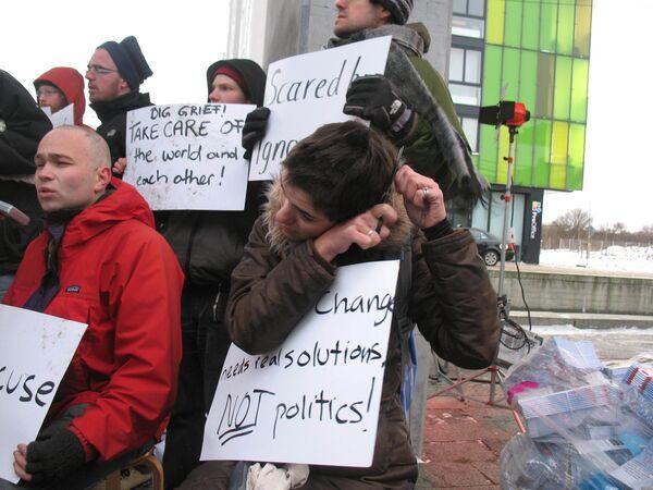 Активисты молодежных экологических организаций бреют головы у здания Белла-центра в Копенгагене в знак стыда за провал климатического саммита ООН