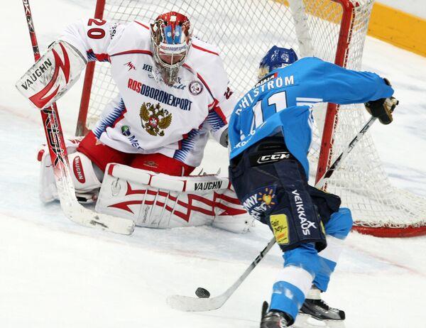 Вратарь сборной России Георгий Гелашвили и нападающий сборной Финляндии Антти Пильстрем (слева направо)