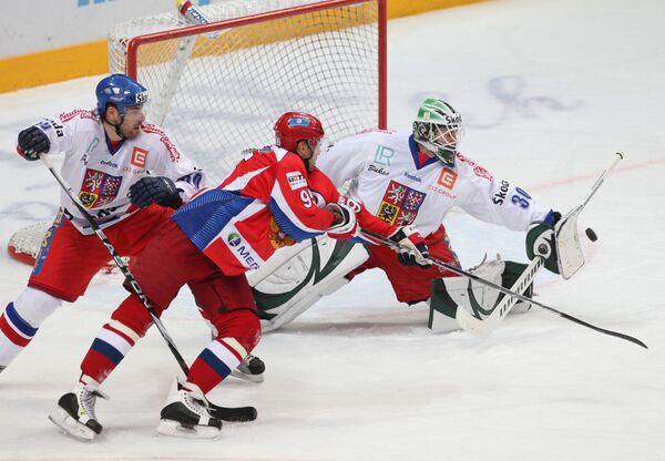 Игрок сборной Чехии Зденек Кутлак, россиянин Алексей Морозов и чешский голкипер Марек Шварц (слева направо)