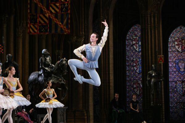 Сцена из балета Эсмеральда. Денис Медведев в партии Гренгуара