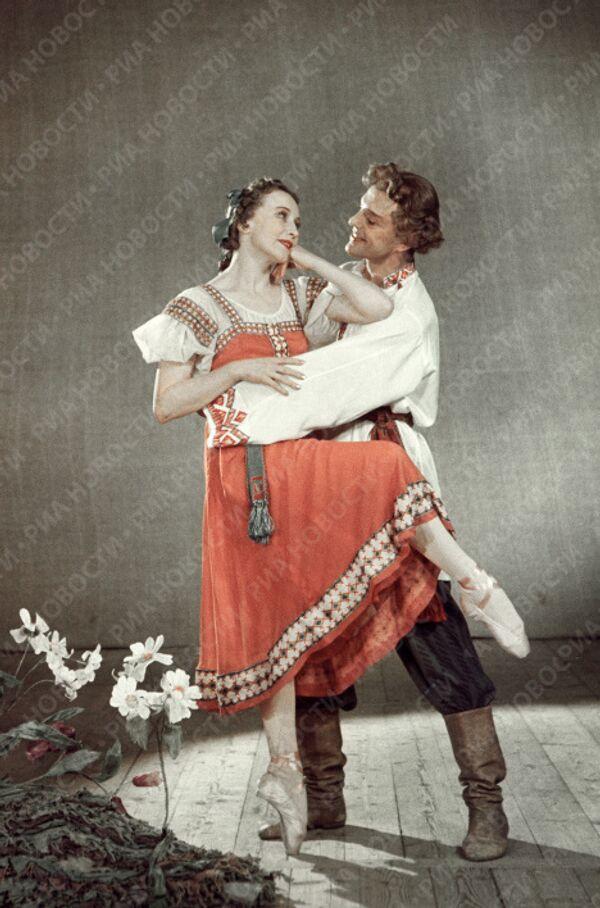 Уланова и Преображенский в сцене из балета Сказ о каменном цветке