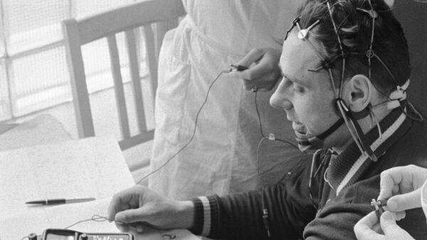 Владимир Комаров во время медицинского контроля