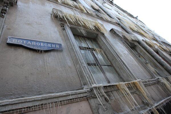 Гололед и сосульки грозят прохожим в Москве