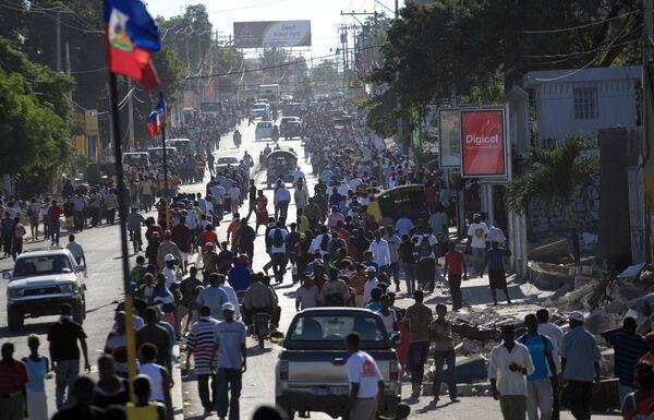 На улицах Порт-о-Пренса после землетрясений, потрясших Гаити