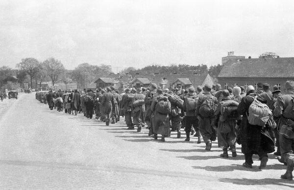 Пленные немцы идут по улицам деревни