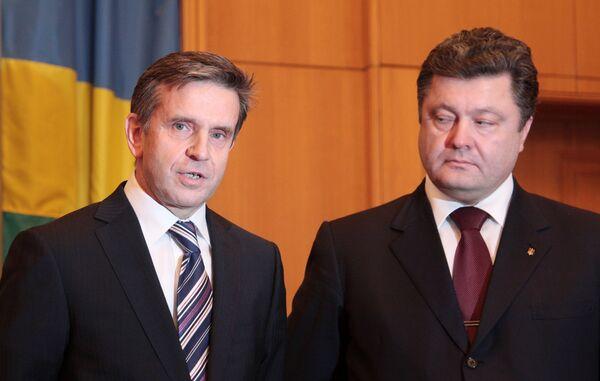Посол России на Украине Михаил Зурабов и глава МИД Украины Петр Порошенко. Архив