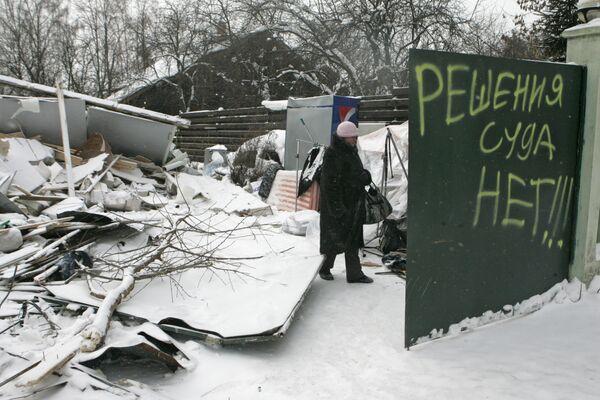 Жительница садового товарищества Речник у развалин снесенного дома. Архив