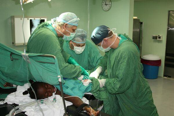 Оказание медицинской помощи детям, пострадавшим в результате землятресения на Гаити. Архив