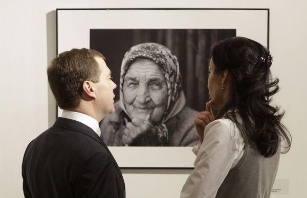Президент РФ посетил выставку Лучшие фотографии России 2009