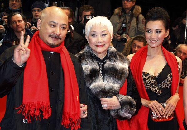 Китайский режиссер Вань Чуанань, актрисы Лиза Лу и Моника Мо на церемонии открытия 60-го Берлинского кинофестиваля