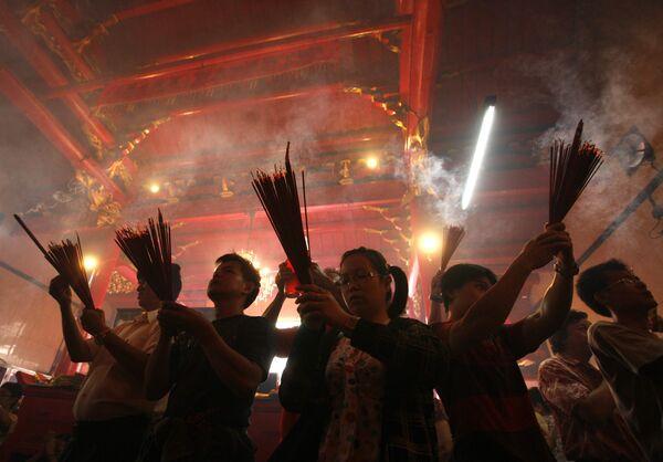 Жители Индонезии встречают Новый год по лунному календарю