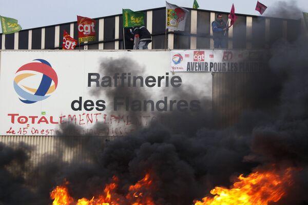 Сотрудники всех НПЗ Total во Франции начали забастовку