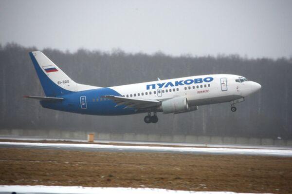 Boeing 737—500 авиапредприятия Пулково, которое входит в ГТК Россия, на взлетной полосе аэропорта Домодедово. Архив