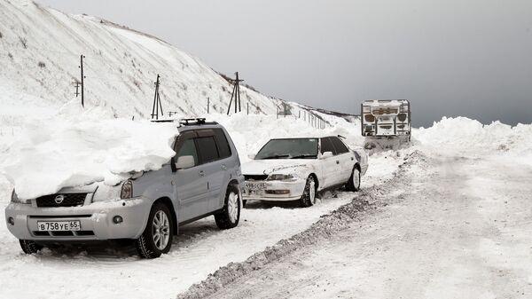 Расчистка автодорог на Сахалине. Архив