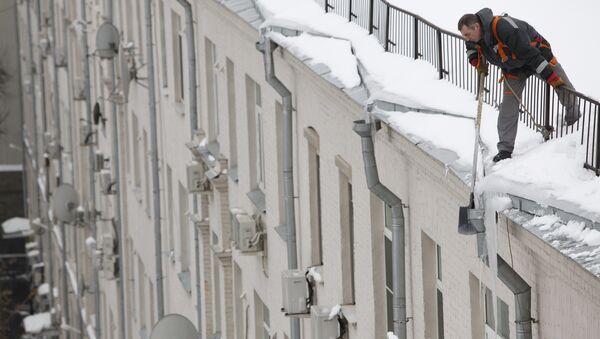 Очистка крыш от снега и сосулек в Москве. Архив