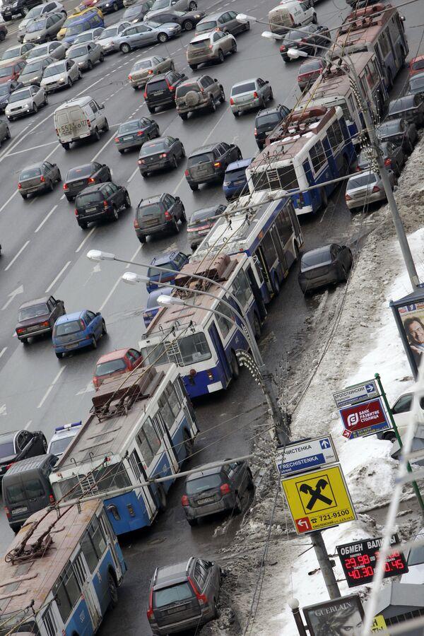 Более 35 троллейбусов встали в пробке на Садовом кольце
