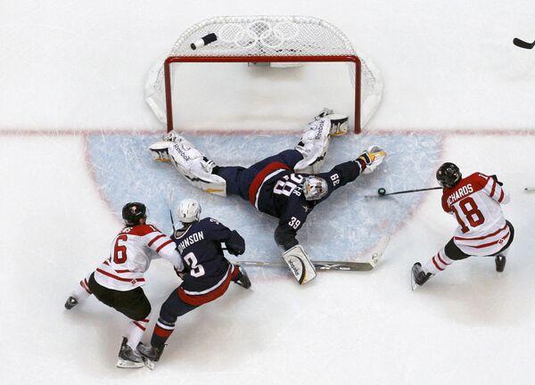 Игровой момент финального матча Канада - США