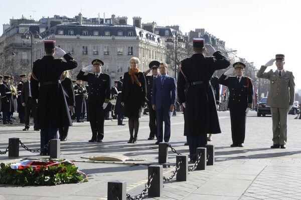 Президент РФ Д.Медведев возложил венок к Могиле Неизвестного солдата в Париже