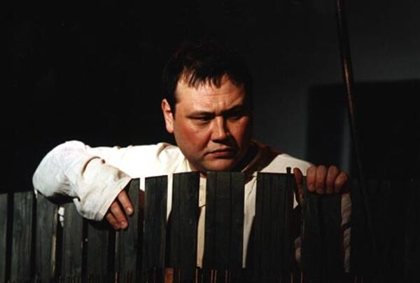 Юрий Степанов в спектакле Варвары