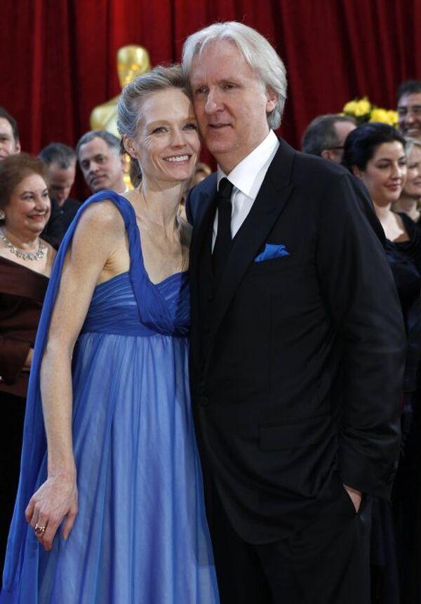 Режиссер Аватара Джеймс Кэмерон с женой Сьюзи Амис на вручении Оскара