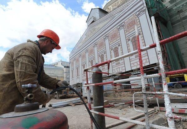 Во время реставрационных работ Большого театра в Москве. Архив