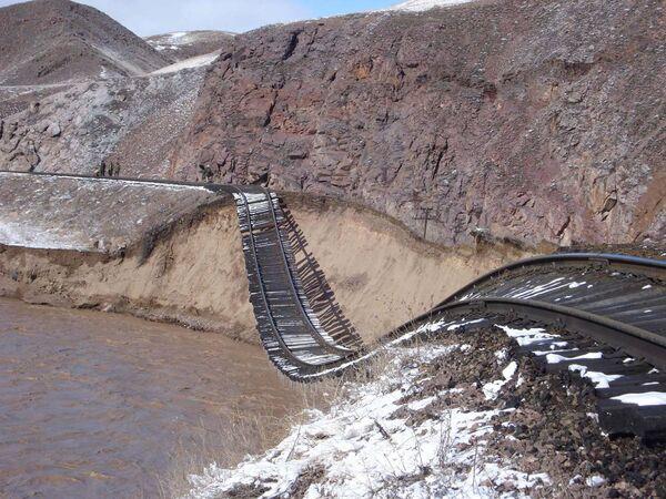 На железной дороге ведутся восстановительные работы на участках, разрушенных в результате прорыва Кызылагашской плотины в Алматинской области.