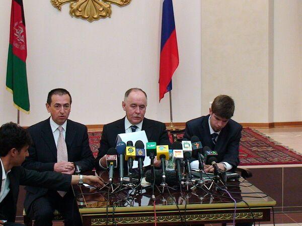 Посол России в Афганистане Андрей Аветисян и глава ФСКН РФ Виктор Иванов на пресс-конференции в посльстве России в Кабуле