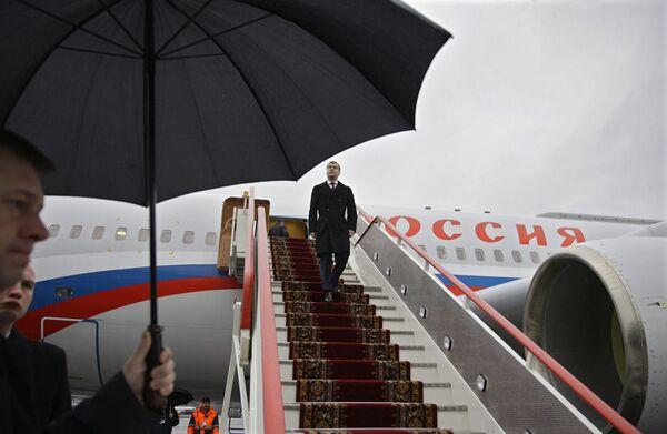 Президент России Дмитрий Медведев в аэропорту. Архив