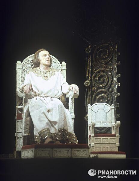 Сцена из спектакля Царь Федор Иванович
