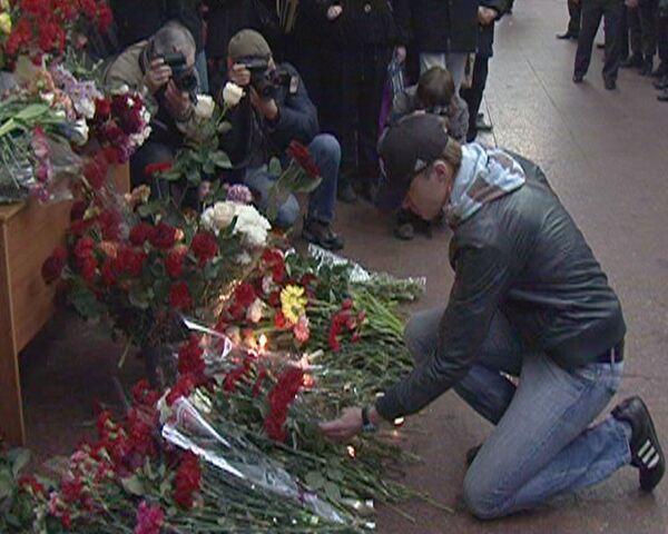 Москвичи несут цветы к месту теракта на Лубянке