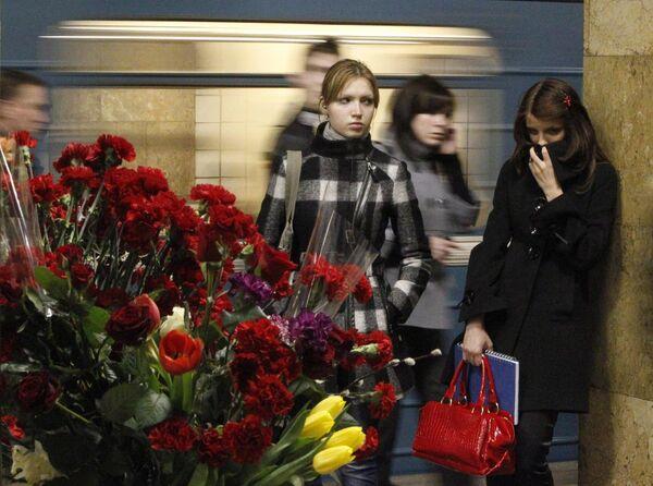 Живые цветы на платформе станции метро Парк культуры