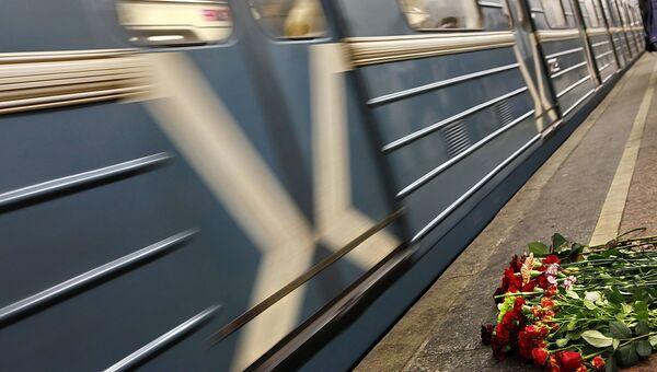 Живые цветы на платформе станции метро Лубянка. Архив.