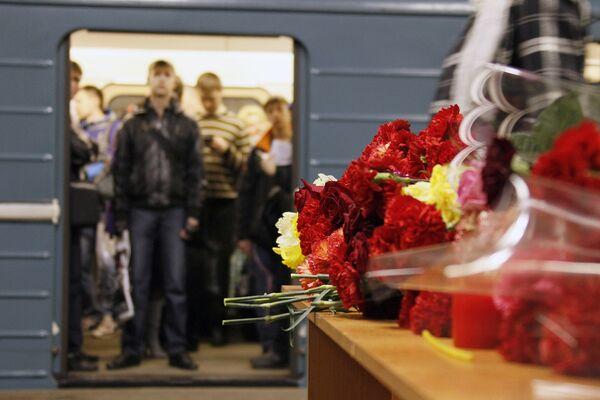 Жертв теракта в московском метро поминают на станции Парк Культуры