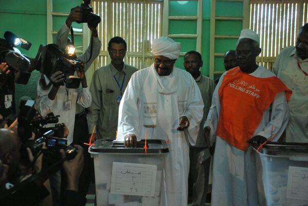 Президент Судана Омар аль-Башир голосует на всеобщих выборах в Судане
