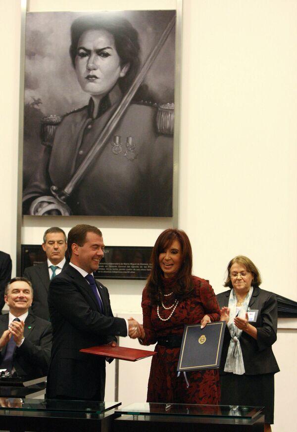 Президент России Д.Медведев на церемонии подписания совместных документов с президентом Аргентины К.Ф. де Киршнер