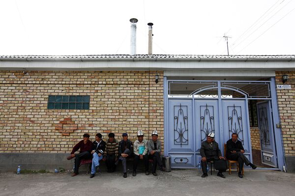 Ворота дома Курманбека Бакиева в селе Тейит