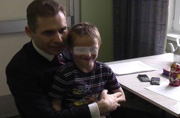 Семилетний мальчик Артем и Павел Астахов. Архив
