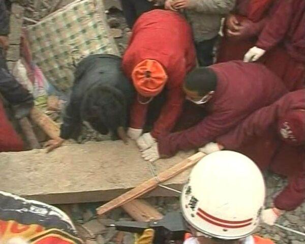 Тибетские монахи вручную разбирают завалы после землетрясения в Китае