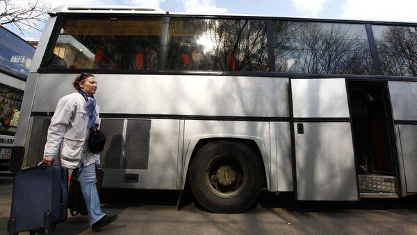 Пассажирка у автобуса в Европу