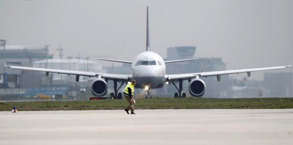Самолет на взлетной полосе в аэропорту Франкфурта