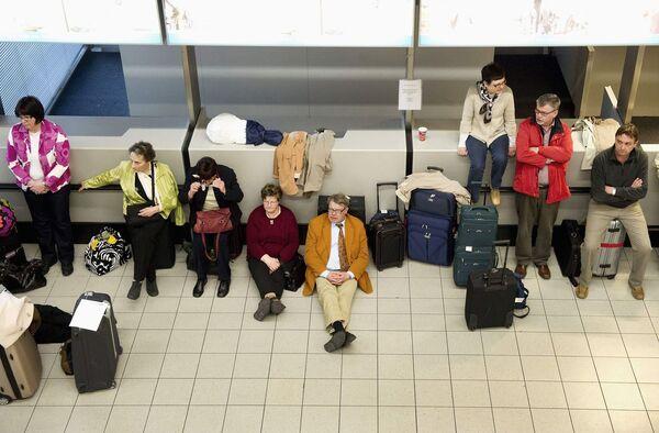 Пассажиры в одном из аэропортов Нидерландов