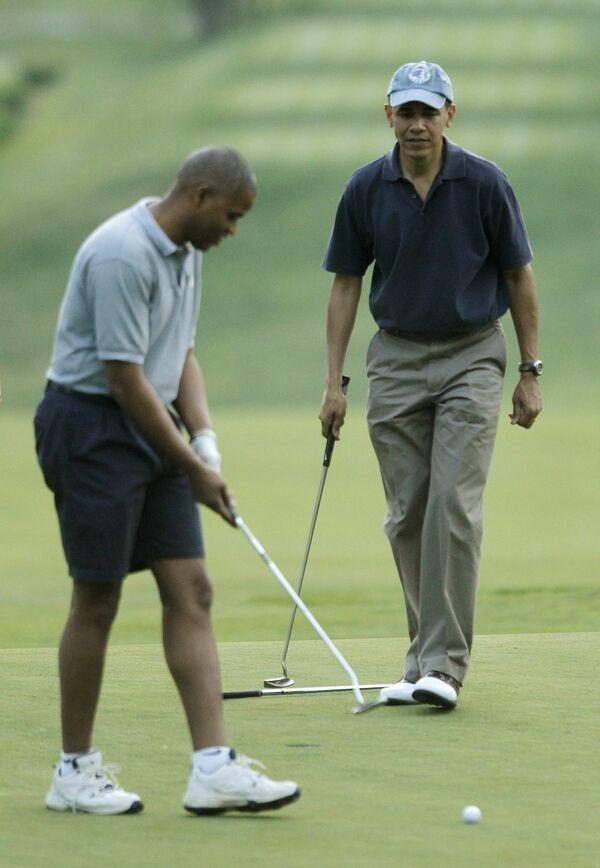 Президент США Барак Обама играет в гольф