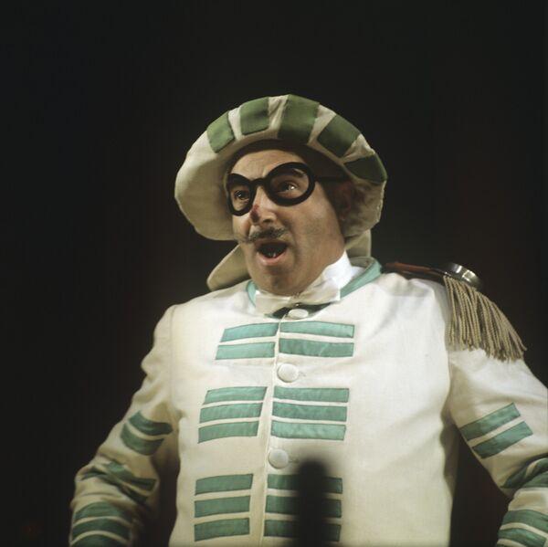 Владимир Этуш в роли Бригеллы в сцене из спектакля итальянского драматурга Карло Гоцци Принцесса Турандот
