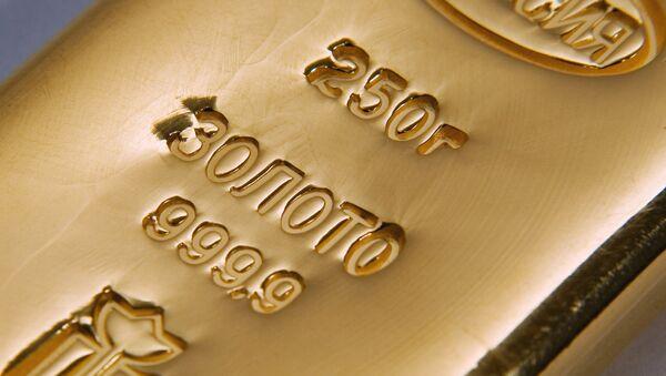 Золото значительно подорожало на фоне слабеющего доллара