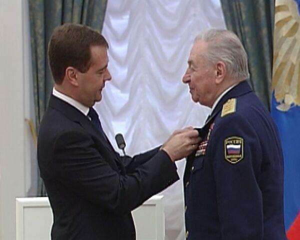 Медведев вручил Орден Почета знаменитому летчику Василию Решетникову